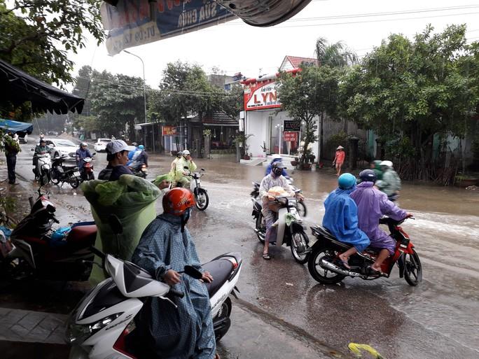 Làng mạc Quảng Nam ngập chìm trong nước, thủy điện vẫn xả lũ - Ảnh 8.