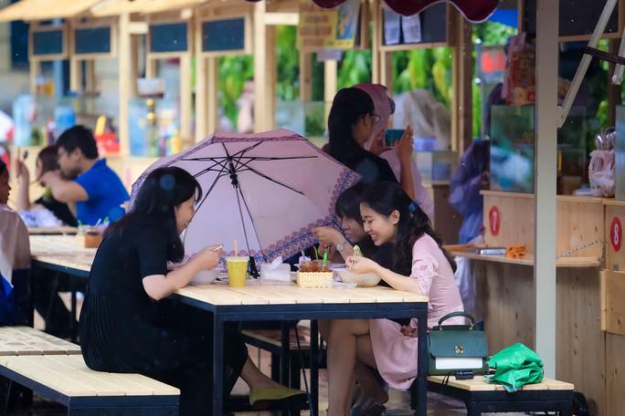 Hàng trăm người đội mưa đến phố hàng rong Bách Tùng Diệp - Ảnh 11.