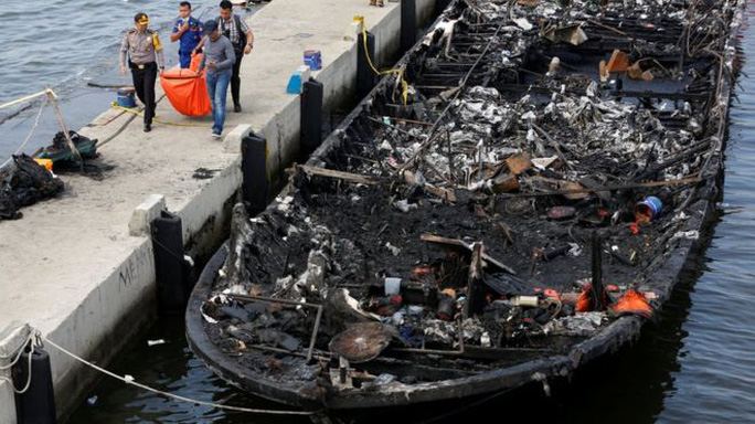 Chiếc tàu được kéo về cảng. Ảnh: Reuters