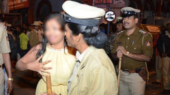 Một người phụ nữ nhờ cảnh sát giúp đỡ. Ảnh: Banglagore Mirror
