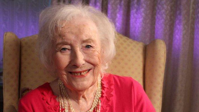 Nữ ca sĩ Dame Vera Lynn tự phá kỷ lục bản thân