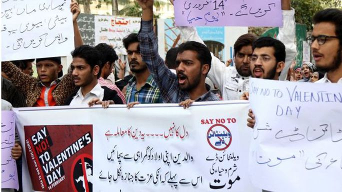 Một số nhóm tôn giáo tại Pakistan lên án ngày Valentine. Ảnh: EPA