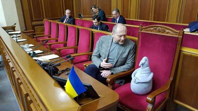 Nghị sĩ Borislav Bereza và thành viên đặc biệt của quốc hội. Ảnh: Borislav Bereza