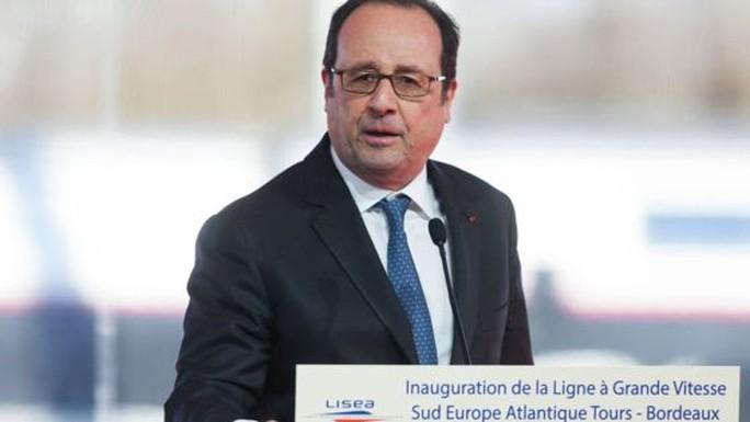 Tổng thống Hollande ngừng phát biểu khi tiếng súng nổ ra. Ảnh: BBC