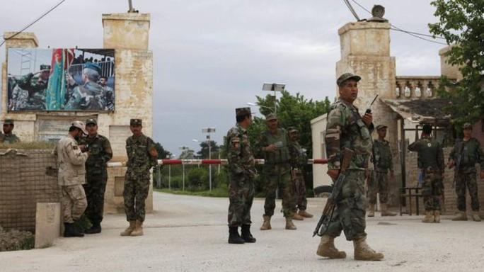 Binh sĩ Afghanistan canh gác ngoài căn cứ quân sự Mazar-i-Sharif sau vụ tấn công. Ảnh: Reuters
