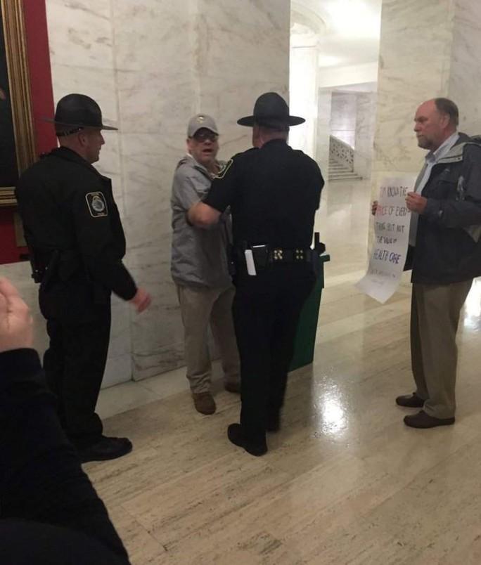Phóng viên bị bắt vì to tiếng hỏi về Trumpcare - Ảnh 1.