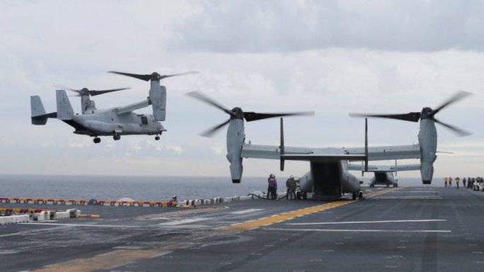 Đáp xuống tàu sân bay, máy bay Mỹ rớt xuống nước mất tích - Ảnh 2.