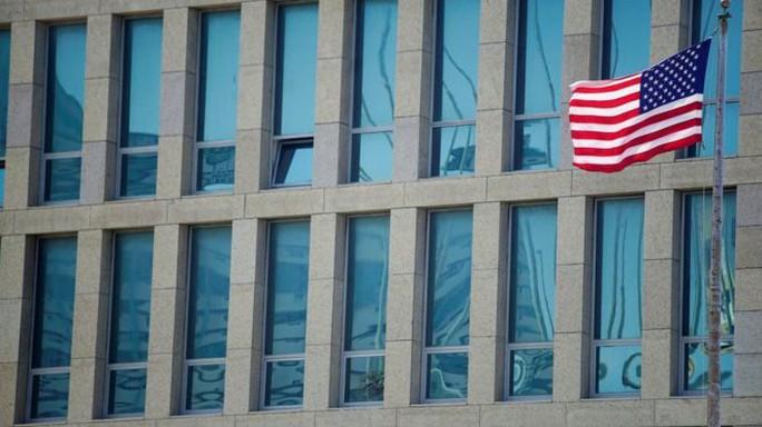 Mỹ rút hơn phân nửa nhân viên ngoại giao khỏi Cuba - Ảnh 1.