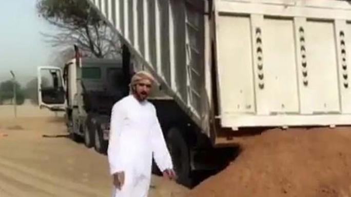 Thái tử Al Maktoum đứng bên cạnh chiếc xe chở cát trong đoạn video. Ảnh: Instagram