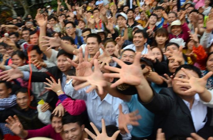 Người dân cướp lộc ở lễ hội chùa Hương vào mùng 6 tháng giêng năm Đinh Dậu. Ảnh: Tiến Tuấn