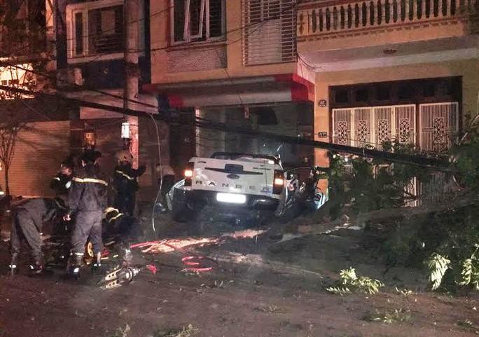 Hiện trường vụ tai nạn chiếc xe bán tải tông vào cột điện