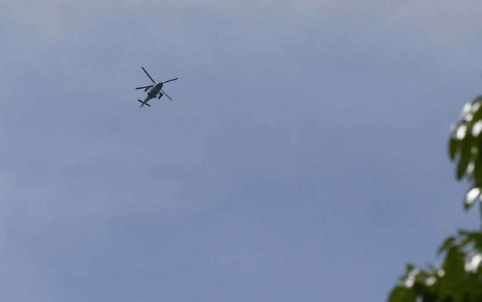 Philippines dùng trực thăng nã rốc-két vào phiến quân - Ảnh 1.