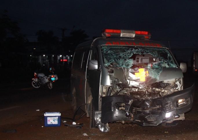 Xe cấp cứu tông xe máy, 2 người thương vong - Ảnh 2.
