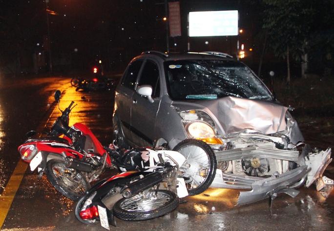 Xe điên tông hàng loạt xe máy, ít nhất 2 người nguy kịch - Ảnh 1.