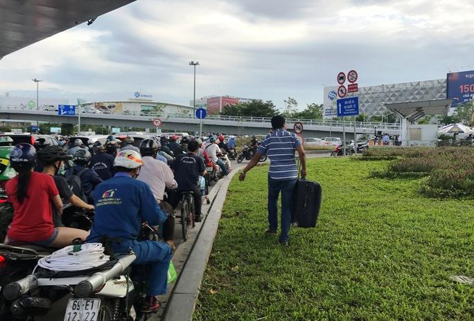 Cửa ngõ sân bay Tân Sơn Nhất hỗn loạn vì sự cố giao thông - Ảnh 8.