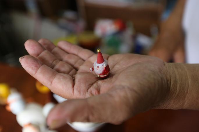 Ông đến với nghề tạo hình từ vỏ trứng là một cái duyên. Năm 2002, ông là giáo viên môn tiếng Anh của một trường THCS tại TP HCM. Khi dạy tới bài học về ông già Noel, ông nảy sinh ý tưởng làm ông già Noel bằng vỏ trứng.