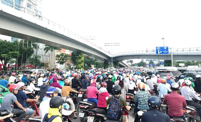 Cửa ngõ sân bay Tân Sơn Nhất hỗn loạn vì sự cố giao thông - Ảnh 7.