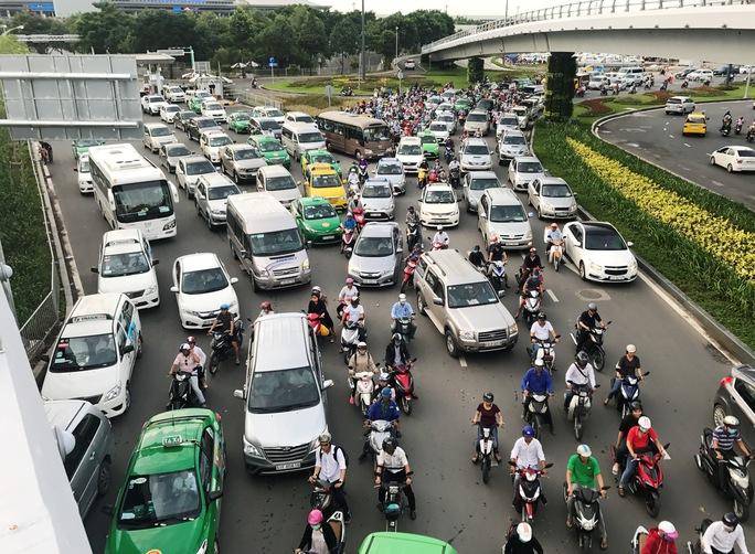 Cửa ngõ sân bay Tân Sơn Nhất hỗn loạn vì sự cố giao thông - Ảnh 3.