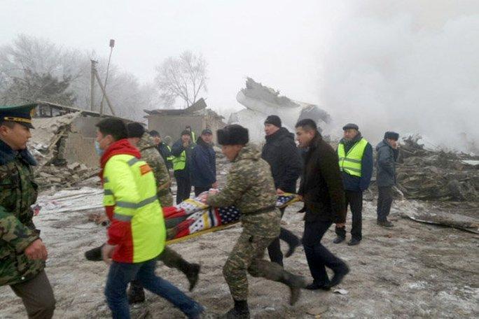 Người bị thương được đưa đi cấp cứu. Ảnh: MARAT URALS
