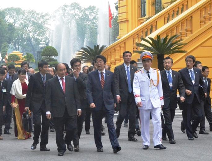 Hai Thủ tướng trò chuyện - Ảnh: Nguyễn Hưởng