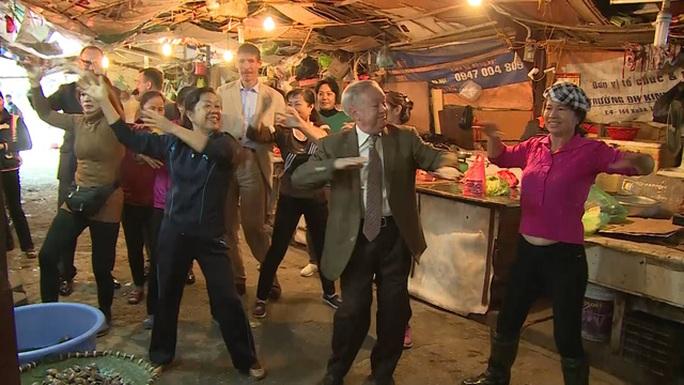 Các Đại sứ tập aerobic cùng những người bán hàng trong chợ
