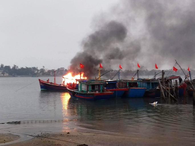 Hiện trường tàu cá bốc cháy