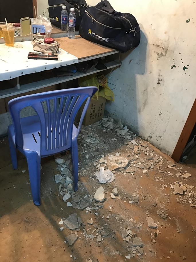 Nơi NSƯT Trường Sơn hóa trang tại hậu trường rạp Công Nhân sau khi một mảng trần nhà sụp xuống