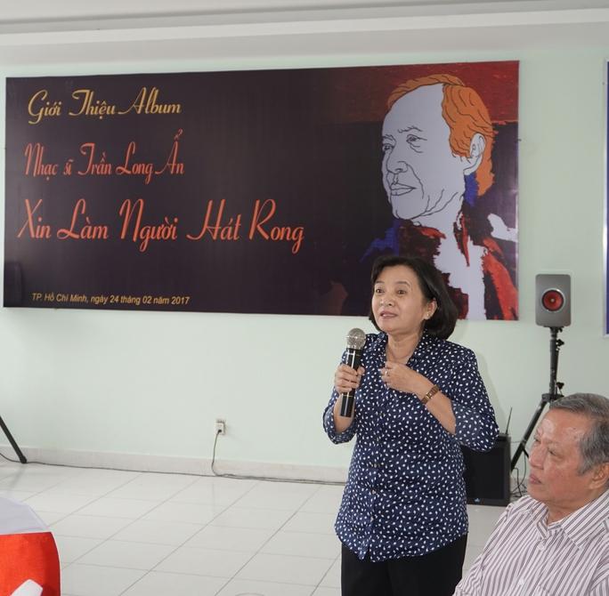 Bà Thân Thị Thân - Trưởng Ban Tuyên giáo Thành ủy TPHCM chúc mừng Album của nhạc sĩ Trần Long Ẩn - đối với bà đó là những ca khúc hào hùng cùng năm tháng