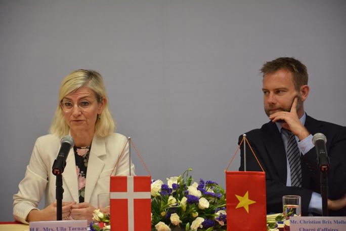 Bộ trưởng Đan Mạch nói về việc thăm quầy thịt lợn sống ở chợ - Ảnh 1.