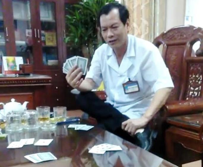 Clip giám đốc bệnh viện mặc blouse trắng đánh bài ăn tiền - Ảnh 1.