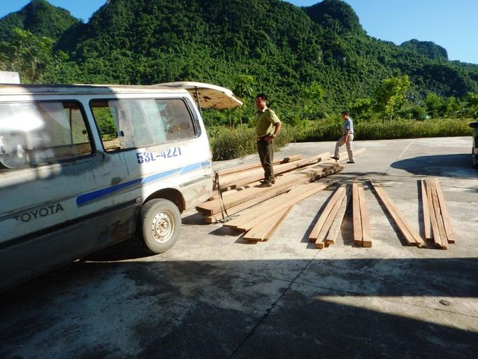 Bị phát hiện chở gỗ lậu, tài xế bỏ xe khách trốn chạy trong đêm - Ảnh 1.