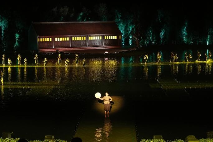 Choáng ngợp cảnh 150 nông dân biểu diễn trên sân khấu mặt nước 3.000 m2 - Ảnh 2.