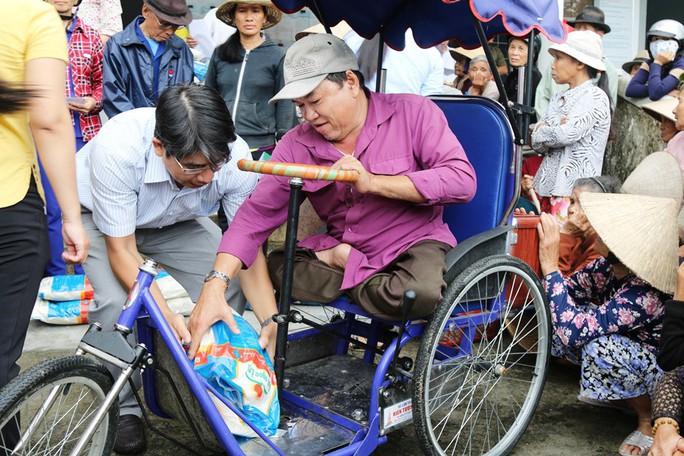 Tập đoàn Lộc Trời và Báo Người Lao Động đội mưa đến người dân vùng bão - Ảnh 3.