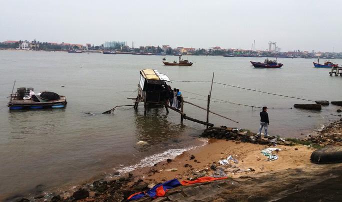 Kéo rớ bắt cá, người đàn ông tử vong trên sông Nhật Lệ - Ảnh 1.
