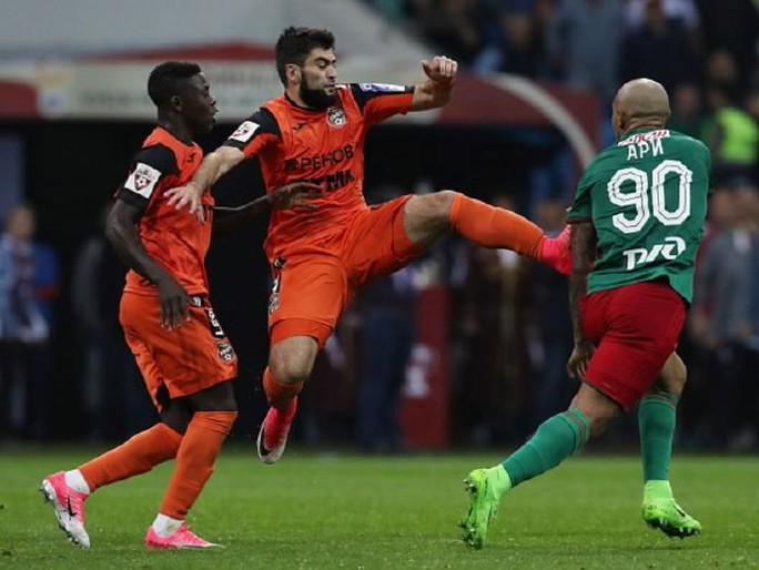Cầu thủ đánh nhau như phim hành động ở Cúp nước Nga  - Ảnh 3.