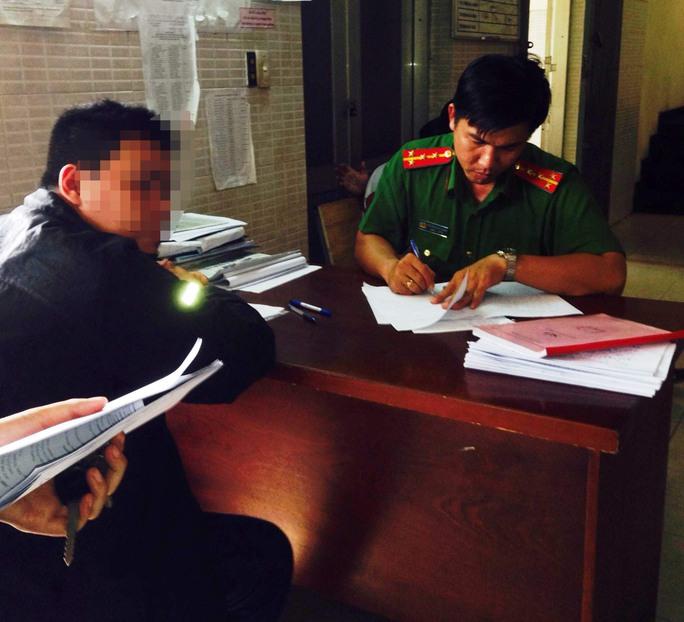Nạn nhân đang trình báo với Công an phường Tây Thạnh vì bị lừa đảo khi mua thẻ cào