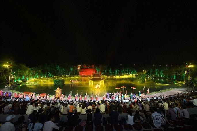 Choáng ngợp cảnh 150 nông dân biểu diễn trên sân khấu mặt nước 3.000 m2 - Ảnh 1.