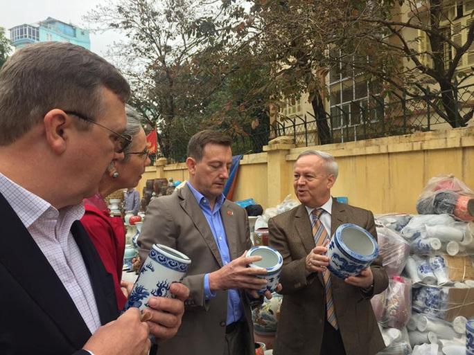 Các Đại sứ rất thích thú trước đồ gốm sứ của Việt Nam