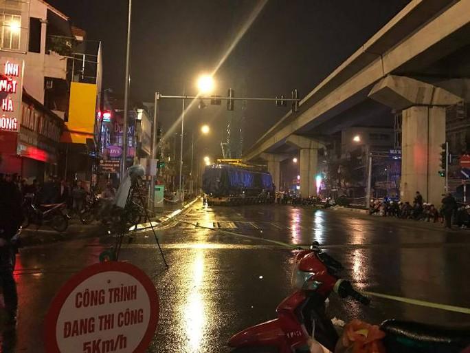 Cận cảnh cẩu đầu tàu đường sắt Cát Linh-Hà Đông lên ray