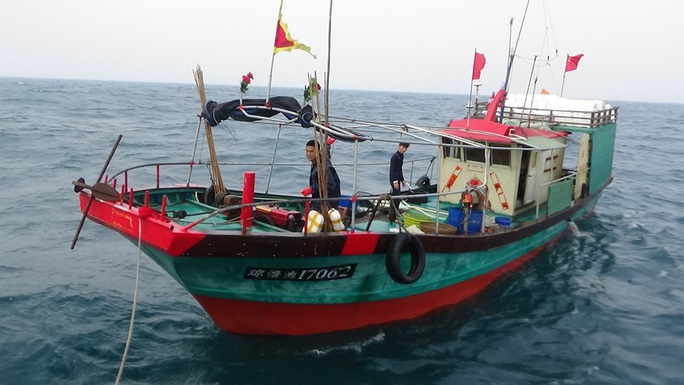 Tàu cá Trung Quốc ngang nhiên khai thác thủy sản trong vùng biển Quảng Bình (Việt Nam) bị phát hiện