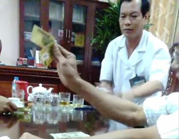 Clip giám đốc bệnh viện mặc blouse trắng đánh bài ăn tiền - Ảnh 2.