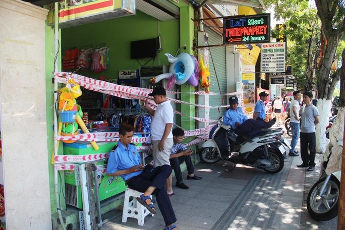 Tự ý rào chắn không cho kinh doanh giữa trung tâm Nha Trang - Ảnh 1.