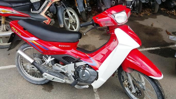 Cứa cổ, cướp xe Suzuki Sport táo tợn ở Sài Gòn - Ảnh 2.
