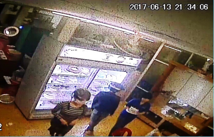 Vụ truy sát trước quán karaoke: Xác định 2 nữ sinh liên quan - Ảnh 2.