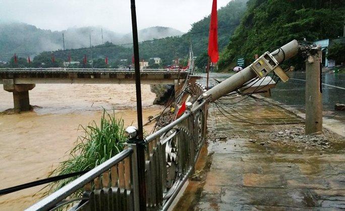 Cận cảnh Bắc Trung Bộ chìm trong mưa lũ - Ảnh 7.