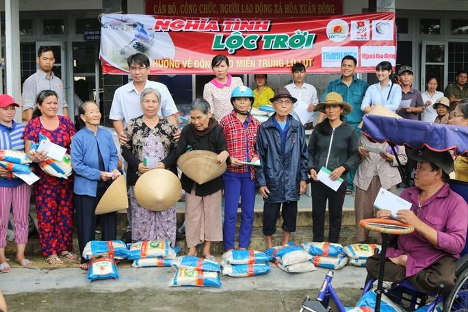 Tập đoàn Lộc Trời và Báo Người Lao Động đội mưa đến người dân vùng bão - Ảnh 4.