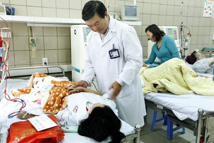 Ban lãnh đạo BV Bạch Mai, trong đó PGS Nguyễn Quốc Anh, Giám đốc BV, đã thăm hỏi và trao quà cho những bệnh nhân nặng không thể trở về đón tết cùng gia đình