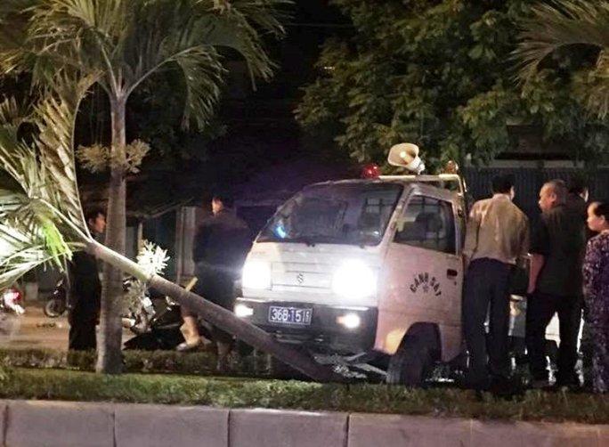 Chiếc ô tô biển xanh của Công an phường Ngọc Trạo sau khi tông vào bà Nguyễn Thị Thảo đã tiếp tục lao sang bên trái rồi đâm vào dải phân cách mới dừng lại