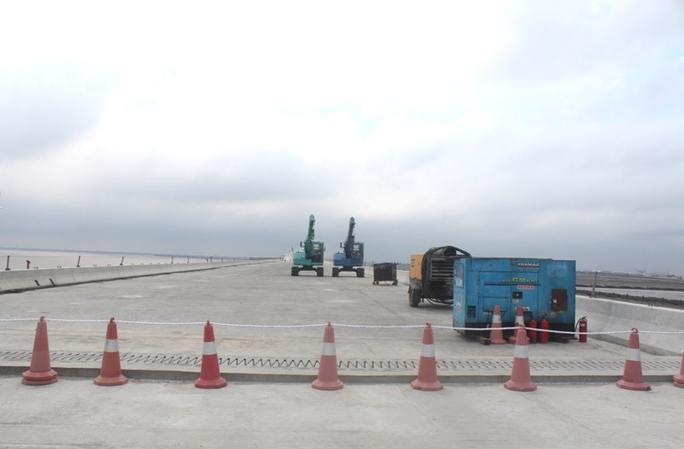 Hoàn thiện những công đoạn cuối cùng trước khi cây cầu được khánh thành vào 2-9 năm nay. Ảnh: Làm sạch bề mặt cầu