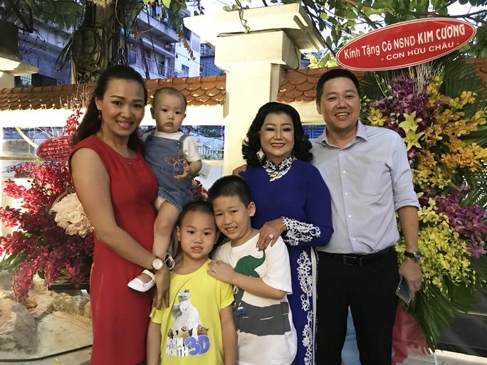NSND Kim Cương và gia đình con trai của bà - Gia Vinh (Tô Rô) trong buổi họp mặt tri ân